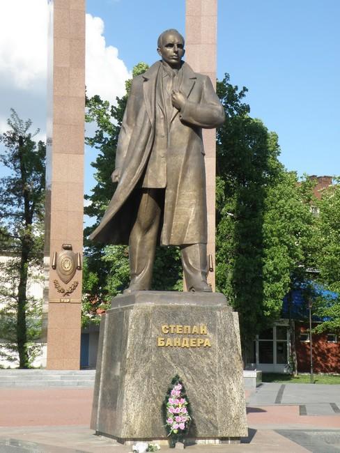 Степану бандере также стоит в центре