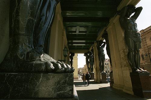 10 фигур атлантов при входе в Новый Эрмитаж создал в 1844 - 1849 гг. скульптор А.И. Теребенев