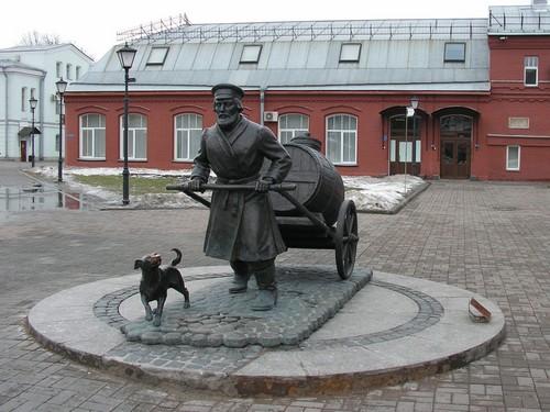 Памятник водовозу при входе в музей воды