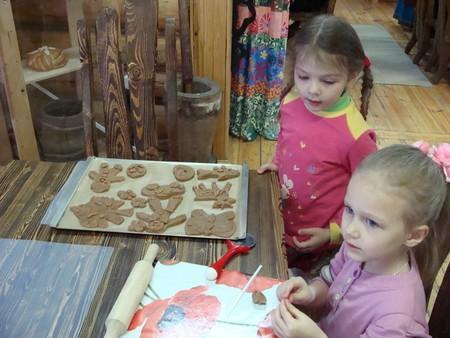 Дети делают печенье, чтобы потом попробовать его на вкус