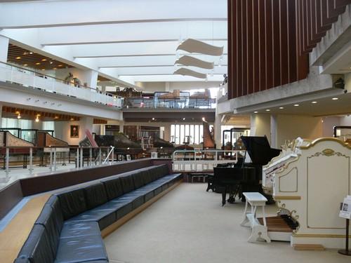 Основной зал музея музыкальных инструментов в Берлине