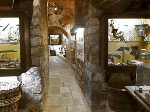 Коллекция инструментов для изготовления вина