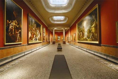 Зал колонн в музее Фабра