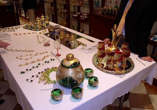 """Стол с """"экспонатами"""" в музее Венецианского стекла"""
