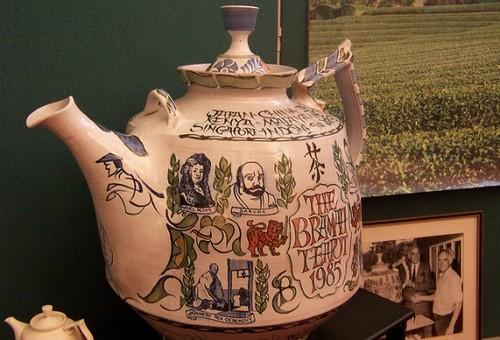 Чайник с именем основателя музея - Эдварда Брамаха