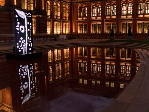 Музей Виктории и Альберта - вид перед входом вечером
