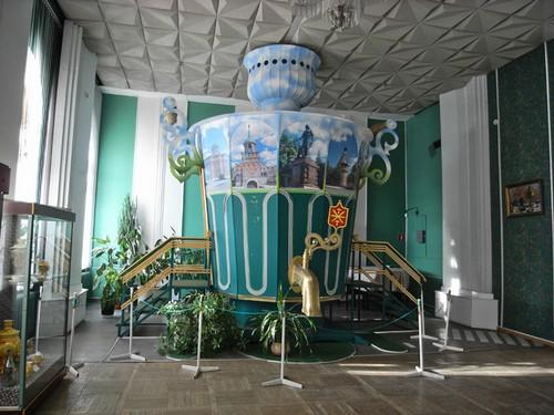 В одном из залов музея самоваров
