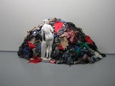 Экспонат музея современного искусства в Риволи