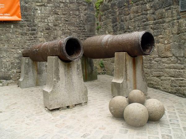 Древние пушки, которые использовались при охране замка