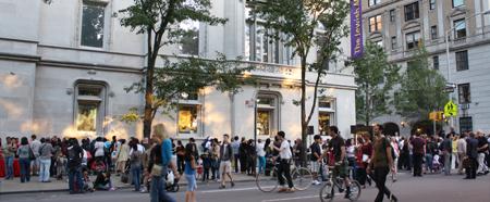 Перед еврейским музеем - улица Нью-Йорка