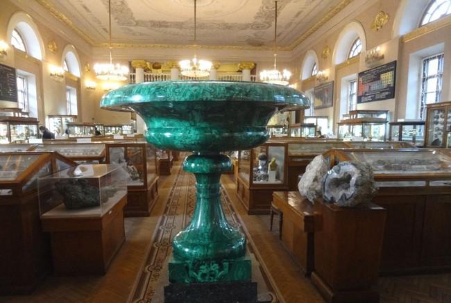 Один из залов минералогического музея