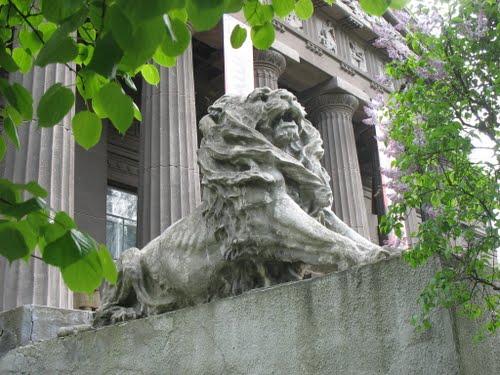 Лев перед входом в музей