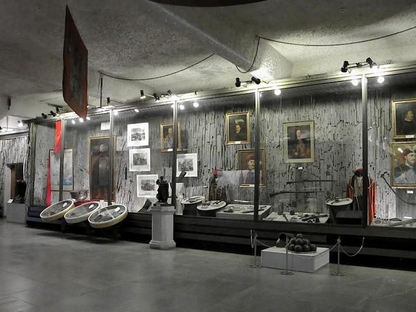 Один из просторных залов музея истории Запорожского казачества