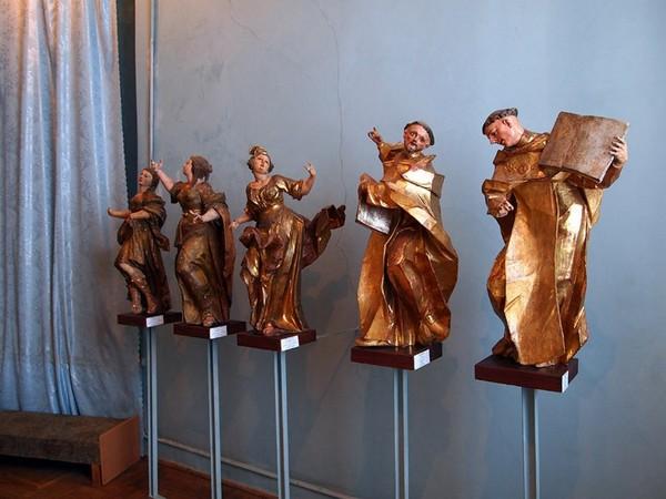 Экспозиция деревянных скульптур внутри Олеского замка