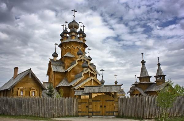 Деревянный скит возле монастыря