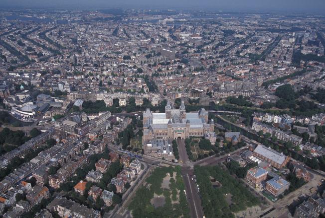 Обособленно стоит Рейксмузеум от других зданий. Высота птичьего полета