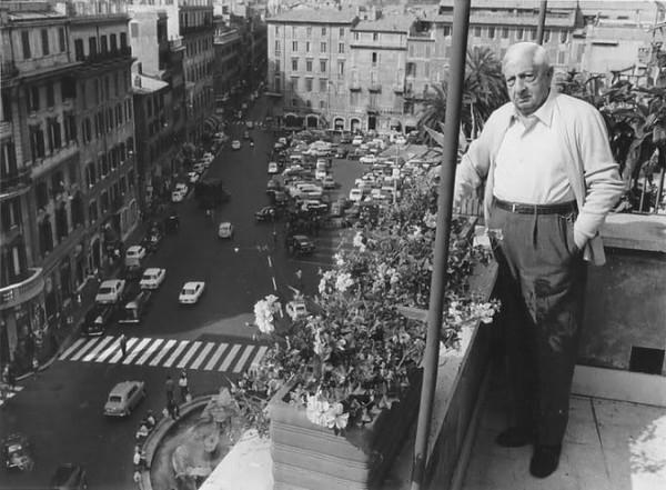 Джорджо де Кирико у себя дома на балконе