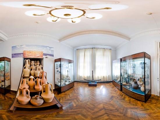 Один из залов керченского музея истории и археологии и его экспонаты