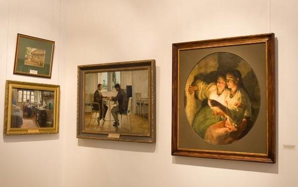 Картины в одной из комнат