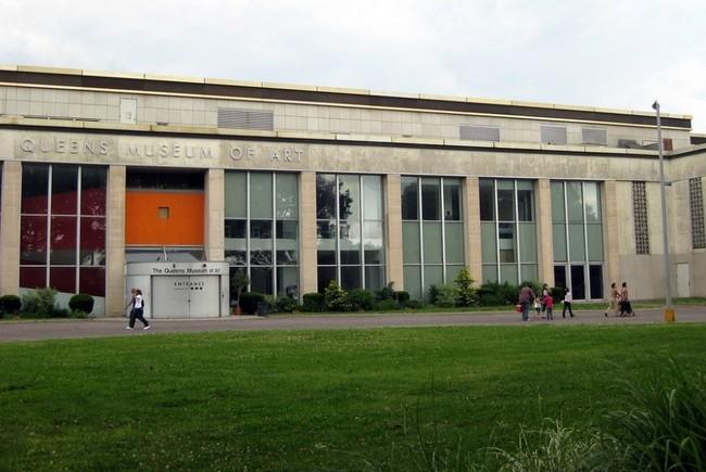 Вид музея Квинс спереди
