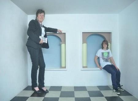 Фото женщины и парня в музее Эшера