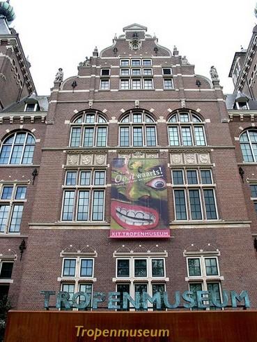 Здание музея тропиков, надпись перед входом
