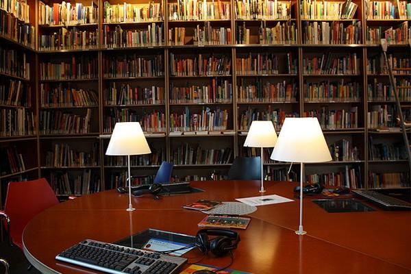 Коллекция книг про экзотические страны, можно почитать прямо в музее