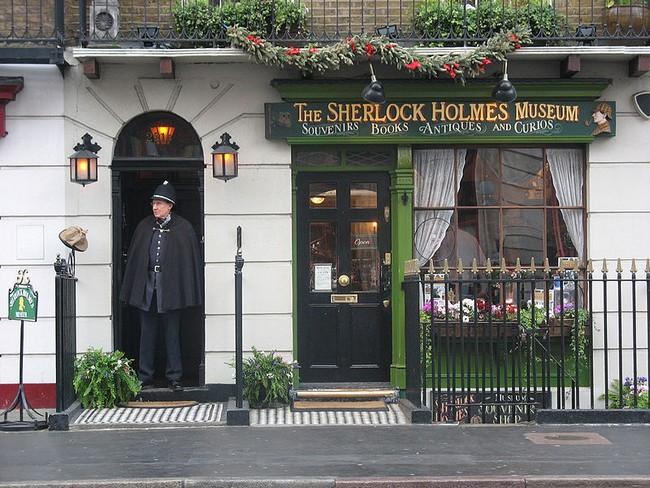Перед входом в музей Шерлока Холмса