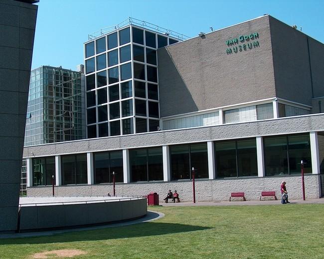 Здание музея Ван Гога в Амстердаме
