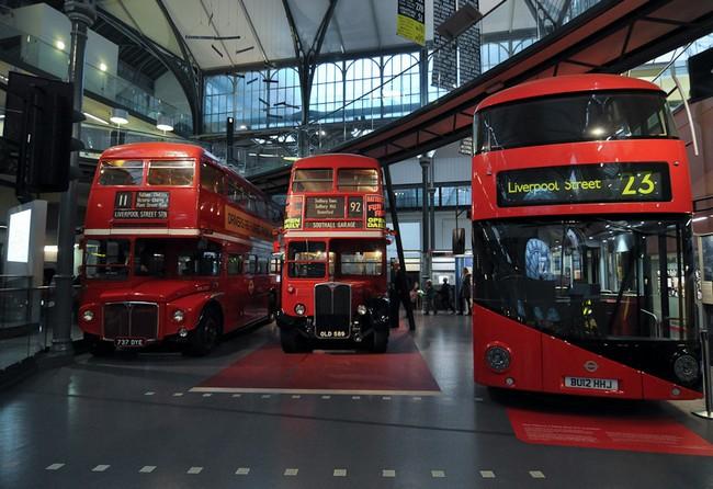 Лондонские красные автобусы - два старинных и один новый. Находятся в музее транспорта