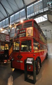 Двухэтажный троллейбус в музее транспорта в Лондоне