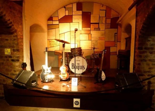 Музыкальные инструменты в музее Битлз в Ливерпуле