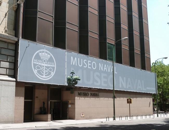 Перед входом в морской музей