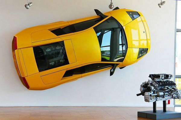 Подвешенный на стене Lamborghini Murcielago