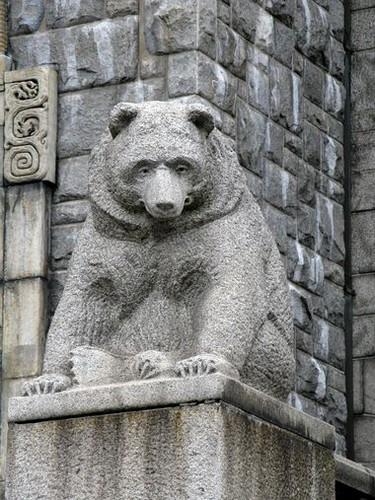 Медведь у входа в музей