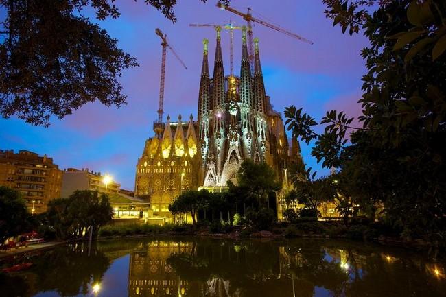 Фото Храма Святого Семейства ночью