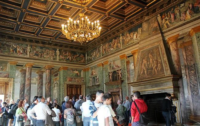 Туристы разглядывают зал