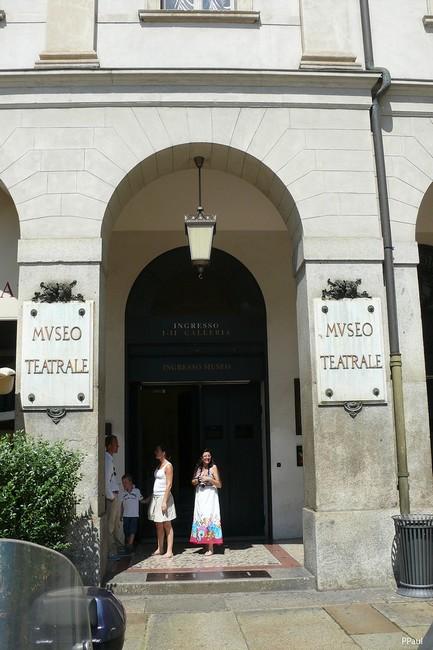 Перед входом в музей театра Ла Скала