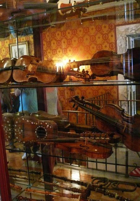 Старинные музыкальные инструменты в Ла Скала
