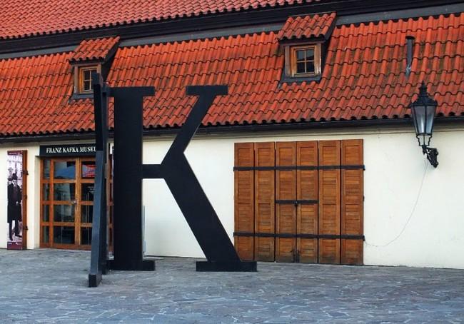 Во дворе музея Кафки