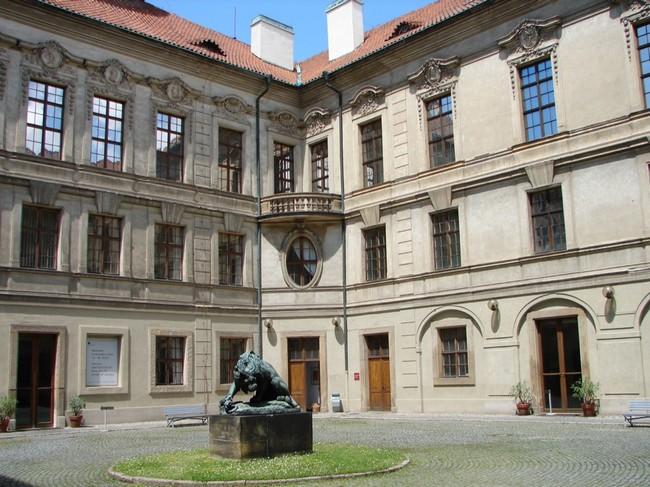 Во дворе музея