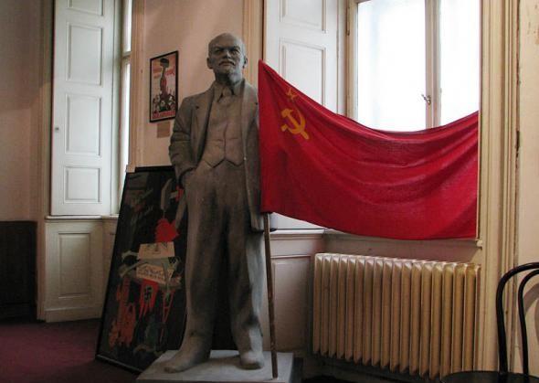 Бюст Ленина с советским флагом в музее коммунизма в Праге