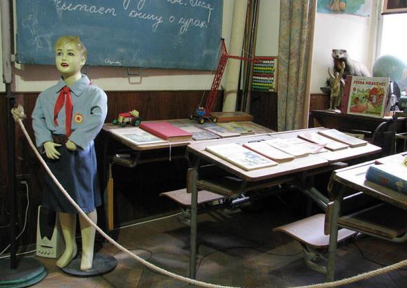 Школьный уголок того времени