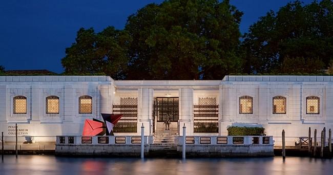 Музей Пегги Гуггенхайм ночью