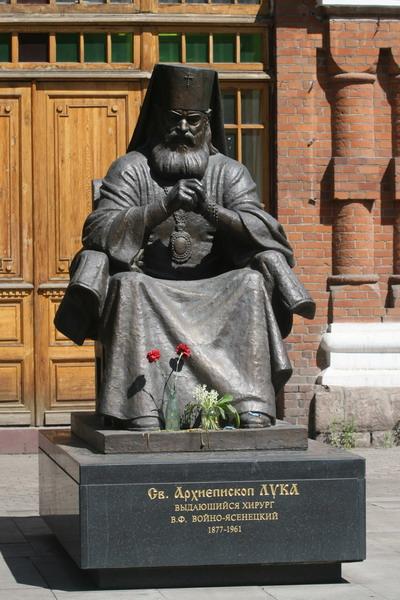 Скульптура священника и хирурга Войно-Ясенецкого