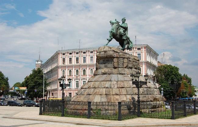 Памятник гетману Хмельницкому на Софийской площади