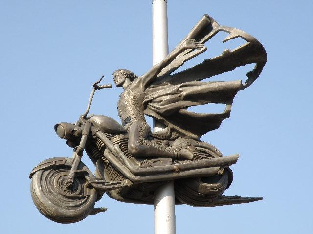 Скульптурный памятник погибшим байкерам в городе Белая церковь