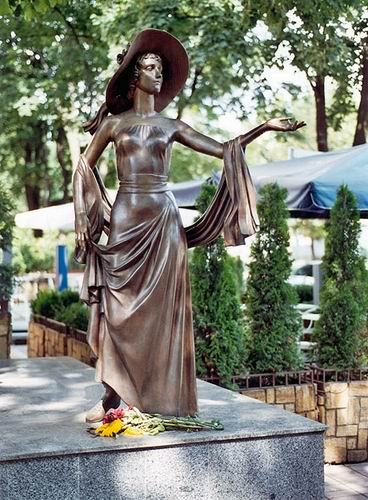 Памятник русской актрисе Вере Холодной