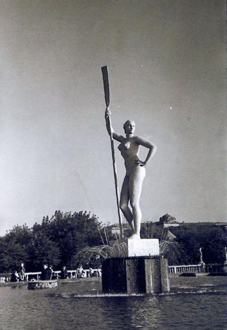Девушка с веслом - вид сбоку