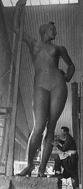 Иван Шадр работает над скульптурой в своей студии в Москве